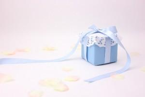 ブルーの包装紙とリボンのプレゼント