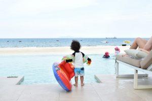 子供 海岸 プール 浮き輪