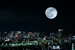 都会の夜 満月