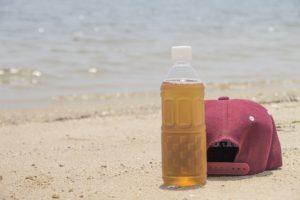 砂浜 麦茶 帽子