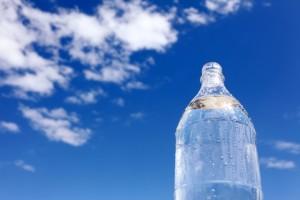 水 ペットボトル 青空