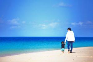 親子 海岸 散歩