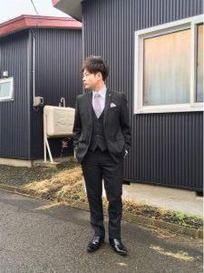 男性 黒のスーツ