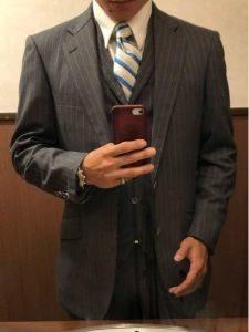 男性 濃いグレーのスーツ