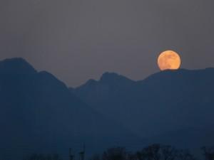 山越しに見える満月