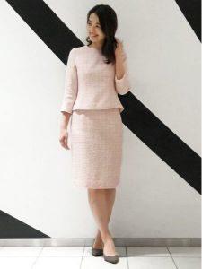 女性 ピンク スーツ