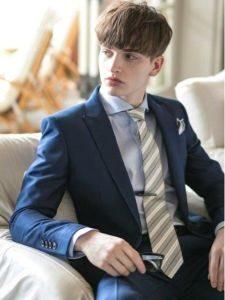 男性 紺のスーツ