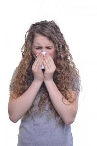 鼻をかむ外国人女性