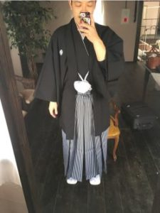 男性 黒の羽織 グレーの袴