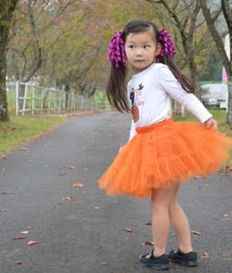 かぼちゃドレスをつけた女の子 ハロウィン