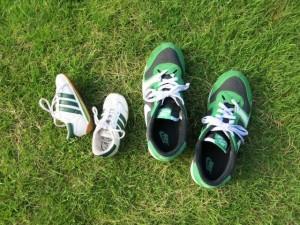 芝生 親子の靴