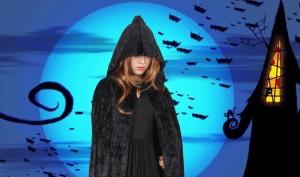 ハロウィン ドラキュラの仮装をする女性