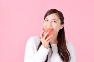 女性 りんご