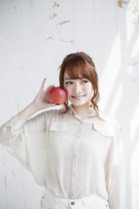 りんごを持った女性