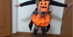 ハロウィン 手作りのかぼちゃ衣装を着た子供