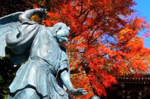 高尾山 天狗の銅像と紅葉