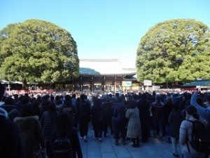 初詣 たくさんの参拝客 神社