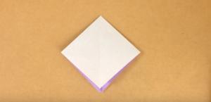 折り紙の色を内側にして4つに折る