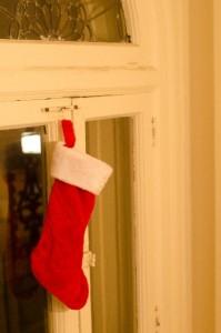 クリスマス 窓にかけられた靴下