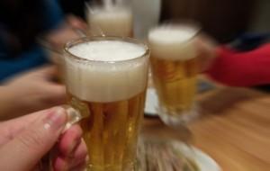 居酒屋 ビールで乾杯