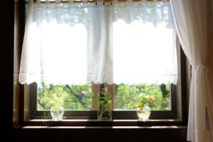 カーテン 窓辺