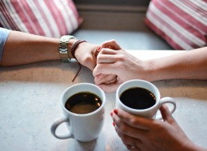 手をつなぐ恋人 コーヒーカップ