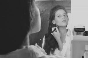 女性 鏡 メイク