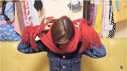 マフラを首に掛ける女性