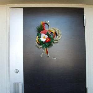 玄関のドアに飾ってあるしめ縄
