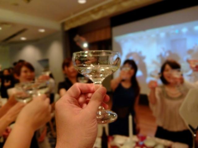 パーティー 女性 乾杯