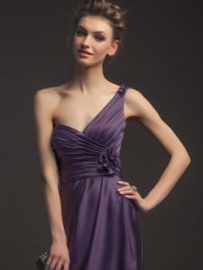 胸元が大きく開いたドレス
