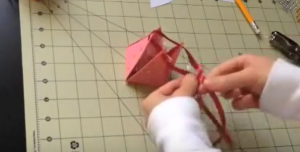 加工した厚紙の中にプレゼントを入れ穴に紐を通す