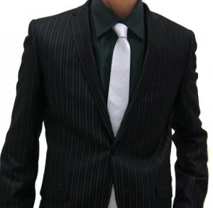 黒のストライプスーツと白のネクタイ 男性