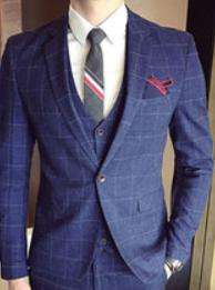 メンズ チェック柄のネイビーのスーツとベスト