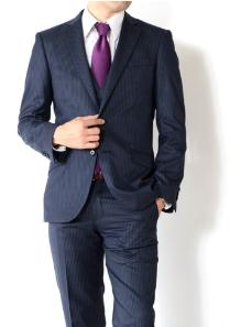シンプルなスーツと紫のネクタイ 男性