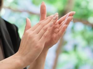 拍手 女性の手
