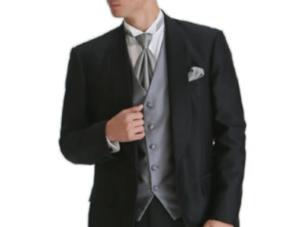 黒のスーツ グレーのベストとネクタイ 男性