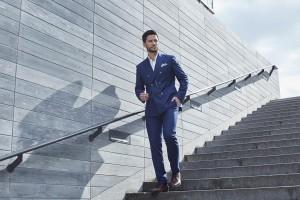 ネイビーのスーツで階段を降りる男性