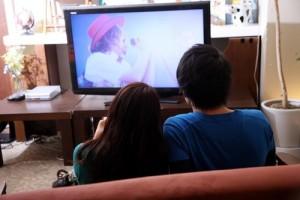 仲良くテレビ鑑賞するカップル