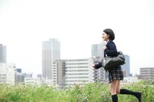 河原を走る女子学生