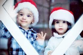 サンタ帽をかぶった男の子と女の子