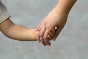 手を繋ぐ 母と子