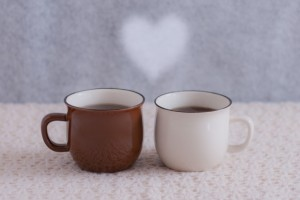 寄り添うコーヒーカップ 湯気のハート