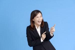 大笑いする女性