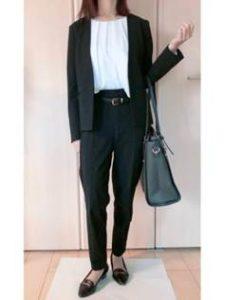 黒のスーツと胸元が開いたインナー 女性