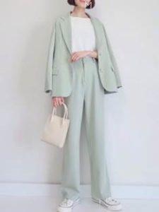 ミント色のスーツを着た女性