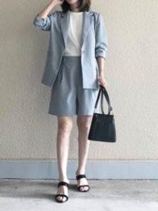 ブルーのショートパンツタイプのスーツ 女性