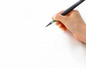 筆ペンをもつ手