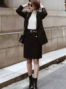 黒のスカートスーツを着た女性