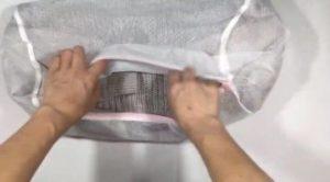 モヘアニットを洗濯ネットに入れる